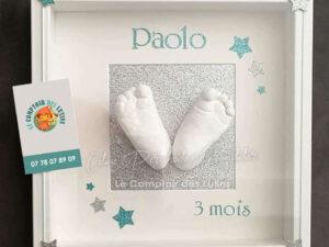 Empreintes pieds enfant dans cadre décoré