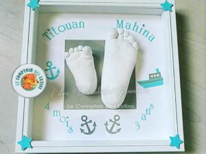 Empreintes pieds enfants dans cadre décoré